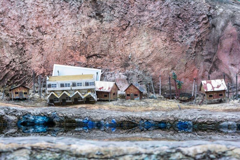 Escena miniatura de la ciudad con el fondo modelo del hogar y del lago Modelo de la ciudad imagenes de archivo