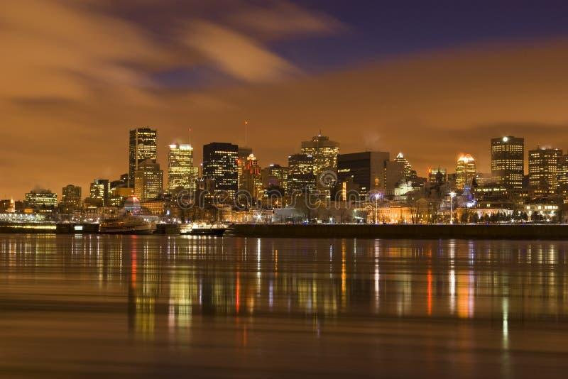 Escena Montreal Canadá de la noche del paisaje urbano sobre el río imagen de archivo