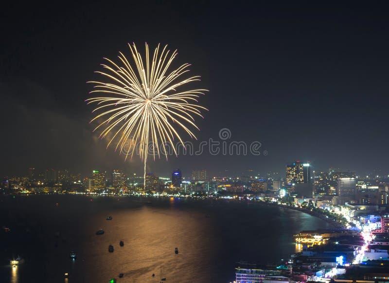 Escena multicolora de la noche de los fuegos artificiales, primer con el paisaje urbano de pattaya foto de archivo libre de regalías