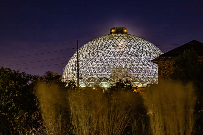 Escena nocturna de la Cúpula del Desierto, con la luna apenas visible desde arriba, en el zoológico Henry Doorly Omaha Nebraska imágenes de archivo libres de regalías