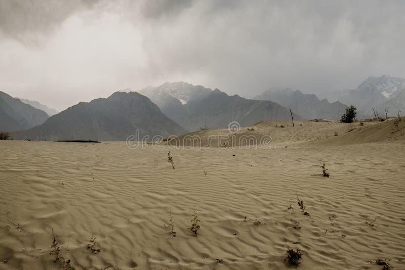 Escena nublada y polvorienta después de la tormenta en el desierto de Katpana, Skardu paquist?n imagen de archivo