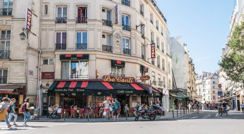 Escena ocupada de la calle de París delante de Le Cafe Conti imagenes de archivo