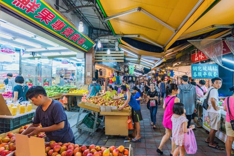 Escena ocupada del mercado de la noche en Taipei fotos de archivo