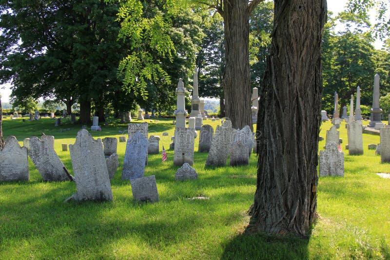 Escena pacífica con las lápidas mortuorias resistidas viejas en el cementerio revolucionario de la guerra, Salem, Nueva York, 201 imagen de archivo
