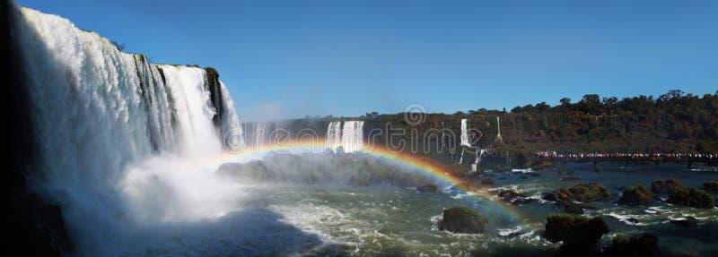 Escena panorámica con los turistas, lado de las cataratas del Iguazú del Brasil fotografía de archivo