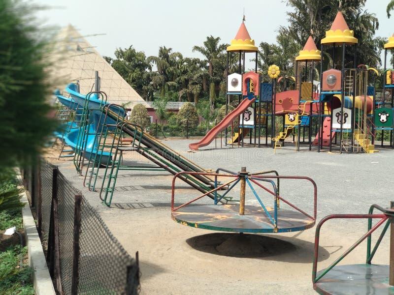 Escena para los niños en parque imagen de archivo libre de regalías
