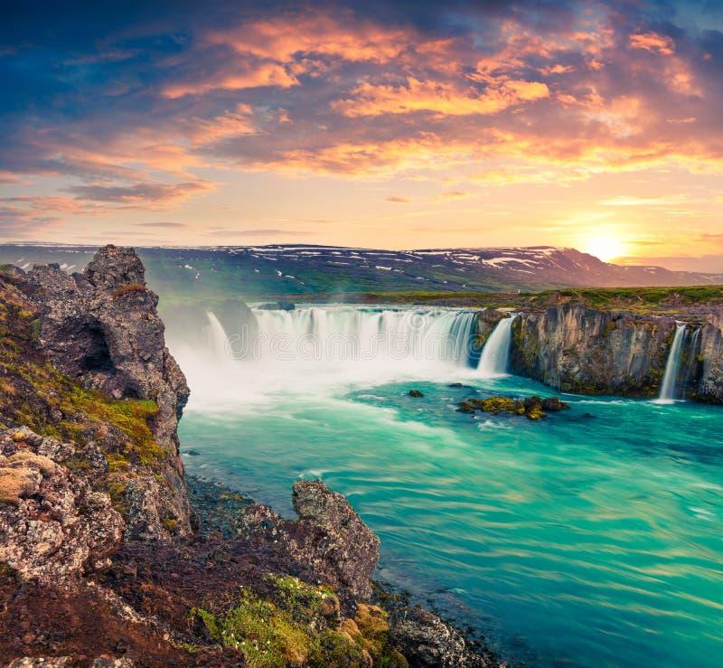 Escena pintoresca de la mañana del verano en la cascada de Godafoss imagen de archivo libre de regalías