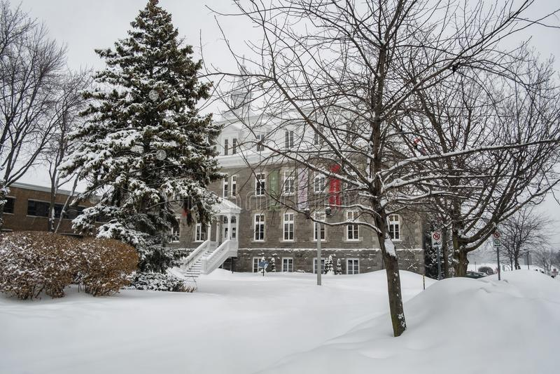 Escena que nieva de ayuntamiento en santo-Eustache fotografía de archivo libre de regalías