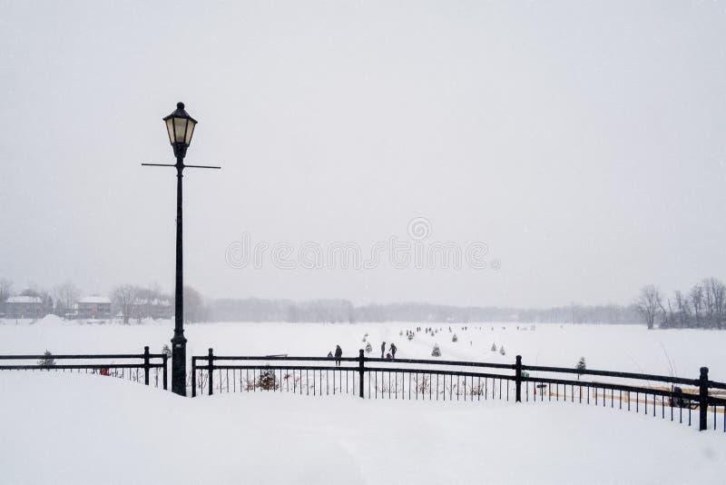 Escena que nieva de los patinadores de hielo en santo-Eustache imagen de archivo