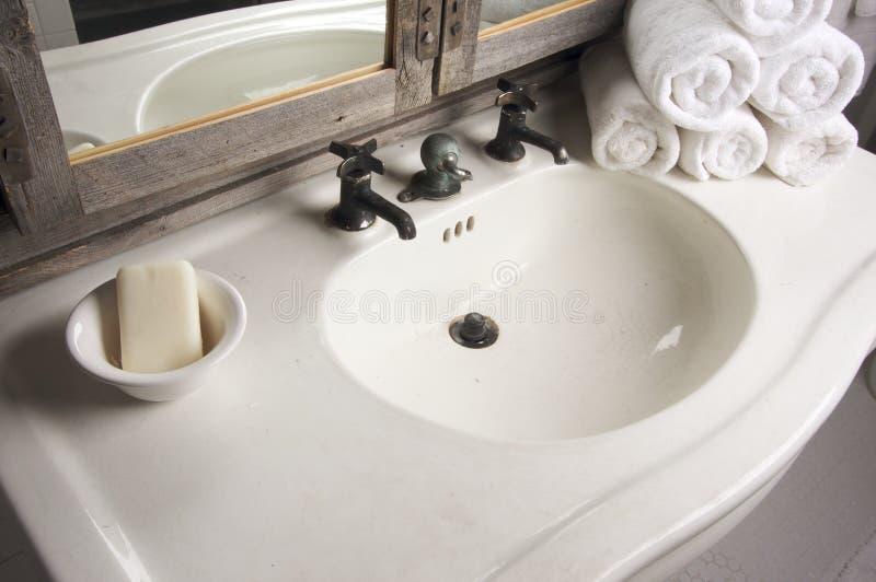 Escena rústica del cuarto de baño imagenes de archivo