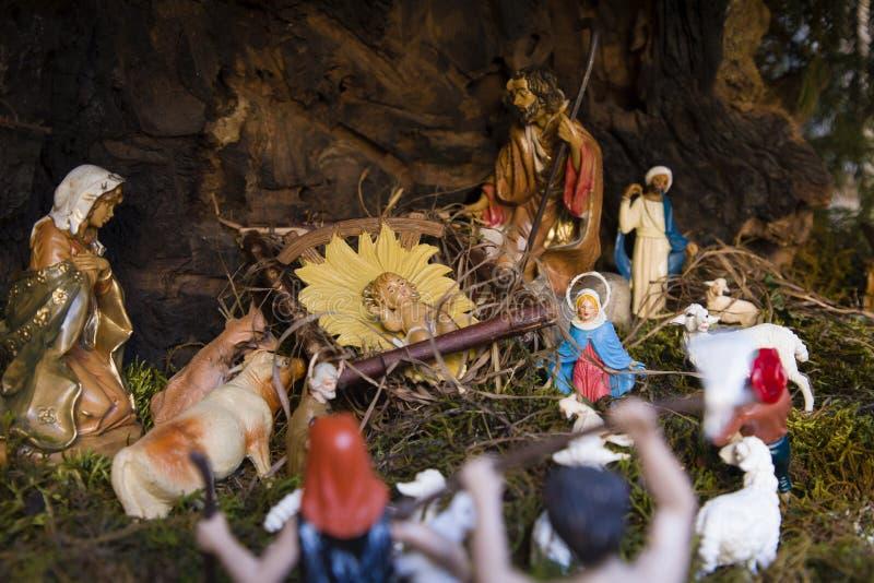 Escena religiosa en miniatura de la fiesta navideña foto de archivo