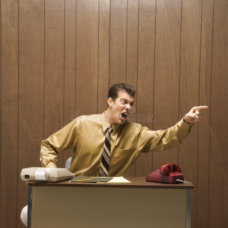 Escena retra del asunto del hombre enojado en el escritorio. foto de archivo libre de regalías