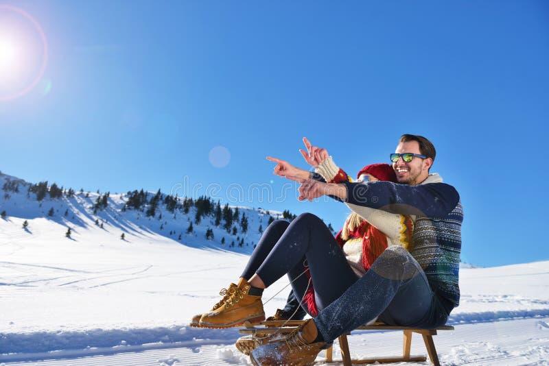 Escena romántica del invierno, par joven feliz que se divierte en la demostración fresca en el vacatio del invierno, paisaje de l fotografía de archivo