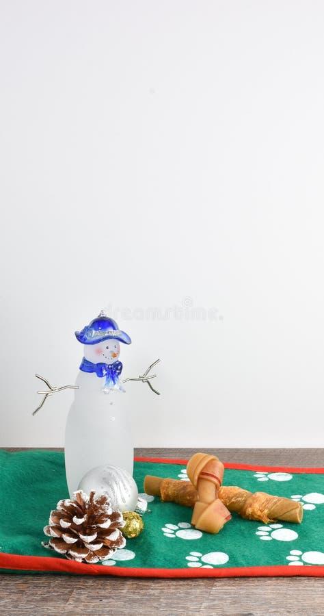 Escena simple de la Navidad con los ornamentos, el cono helado del pino y el sno fotografía de archivo