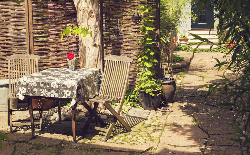 Escena soleada del patio trasero fotografía de archivo libre de regalías