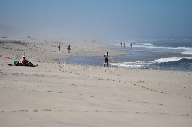 Escena soleada en la playa en la línea de la playa de Océano Atlántico fotos de archivo