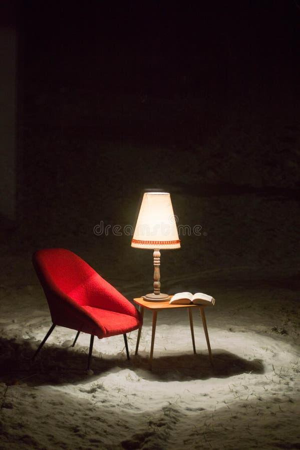 Escena surrealista fuera del jardín en el invierno - una pequeña sala de estar fotografía de archivo libre de regalías