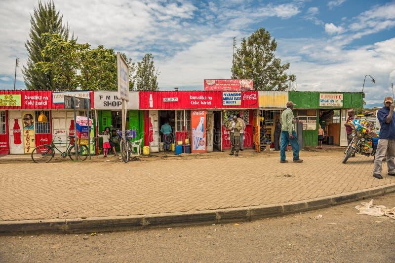 Escena típica de la calle de las compras con los peatones en Naivasha, Keny foto de archivo