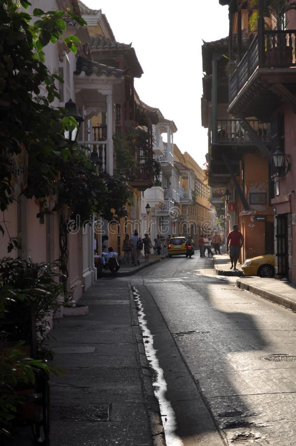 Escena típica de la calle en Cartagena, Colombia de una calle con las casas coloniales históricas viejas imagen de archivo
