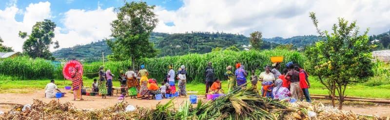 Escena típica del mercado en un pueblo en Rwanda del noroeste fotos de archivo libres de regalías