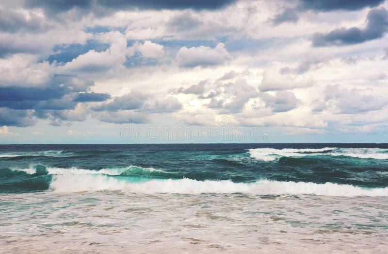 Escena tempestuosa dramática entonada retra de la playa fotografía de archivo