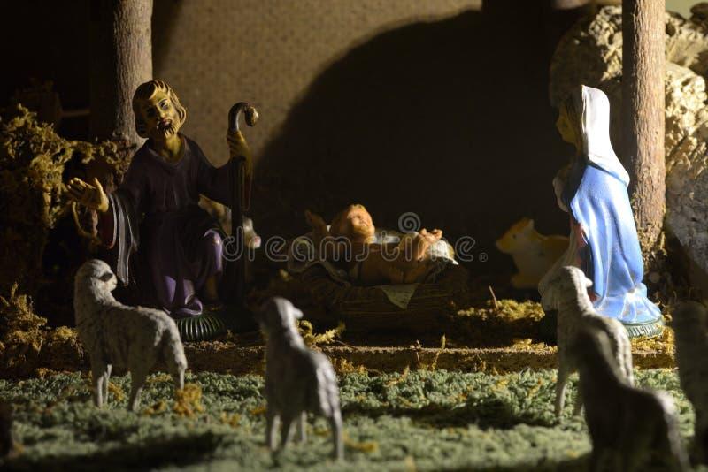 Escena tradicional de la natividad con las estatuas de la familia santa imagen de archivo libre de regalías