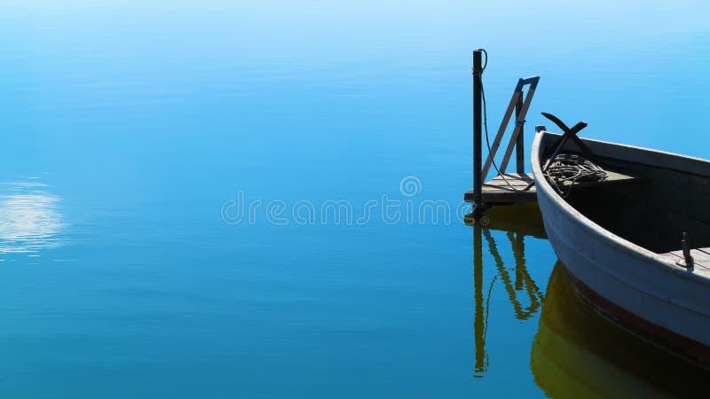 Escena tranquila con el barco en agua tranquila fotografía de archivo