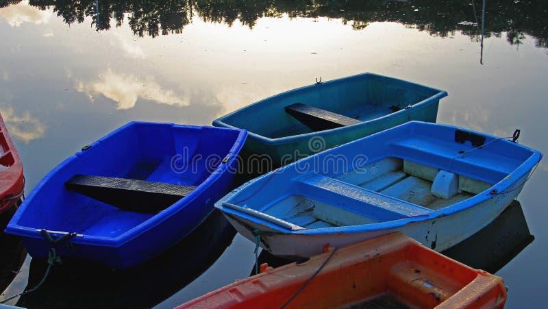 Escena tranquila de la madrugada con los barcos de fila imagen de archivo