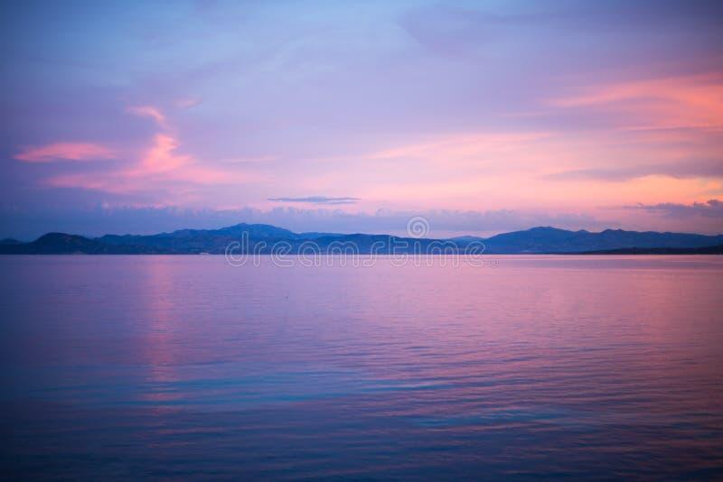 Escena tranquila de la puesta del sol de la tarde en el agua en Golfo Aranci, Cerdeña, foto de archivo