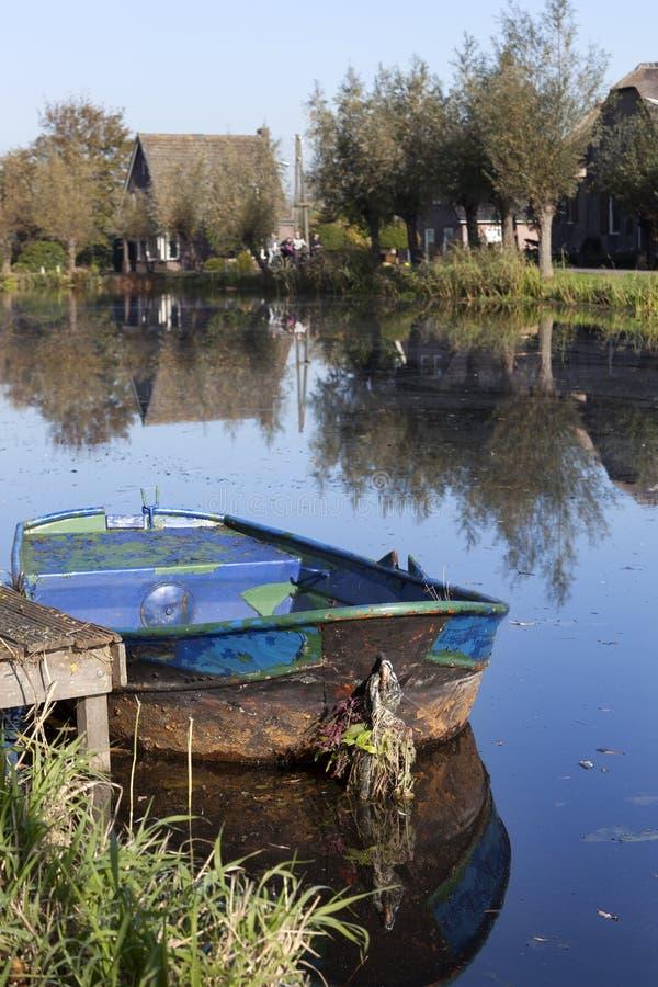 Escena tranquila de un barco de rowing en el campo imagen de archivo
