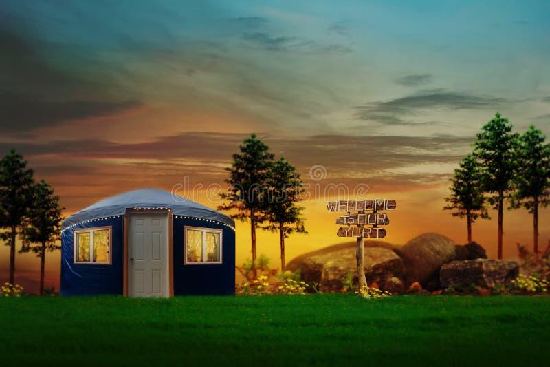 Escena tranquila de una yurta azul situada en un bosque rural fotos de archivo