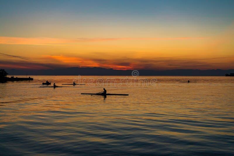 Escena tranquila del mar con los barcos de rowing, contra hermoso después foto de archivo libre de regalías