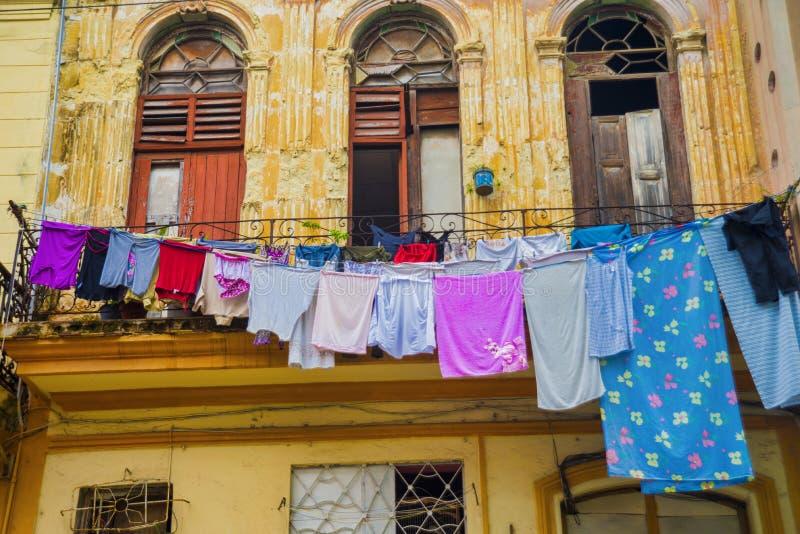 Escena urbana con la fachada colonial vieja del edificio en La Habana vieja, Cub foto de archivo libre de regalías