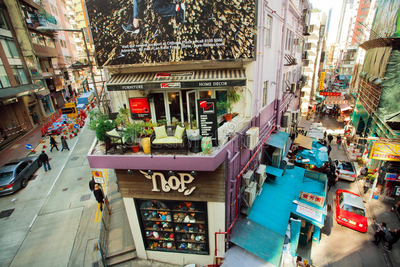 Escena urbana con las tiendas del diseño y los edificios rústicos de la ciudad en el día soleado en Hong Kong imagen de archivo libre de regalías