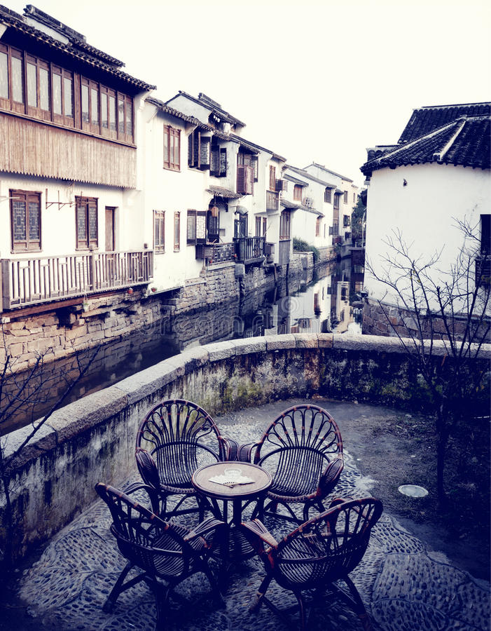Escena urbana del renacimiento retro rústico del café de los muebles antiguos fotografía de archivo libre de regalías