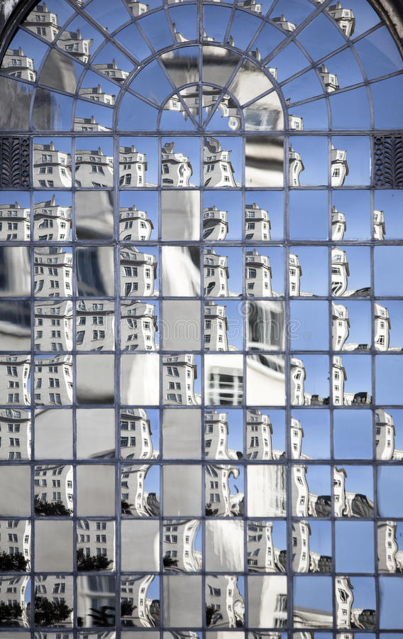 Escena urbana dispersada, ventana refelctive grande fotos de archivo