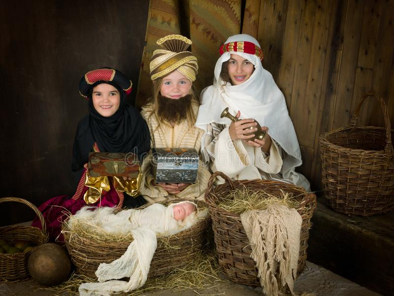 Escena viva de la natividad con wisemen imagen de archivo libre de regalías