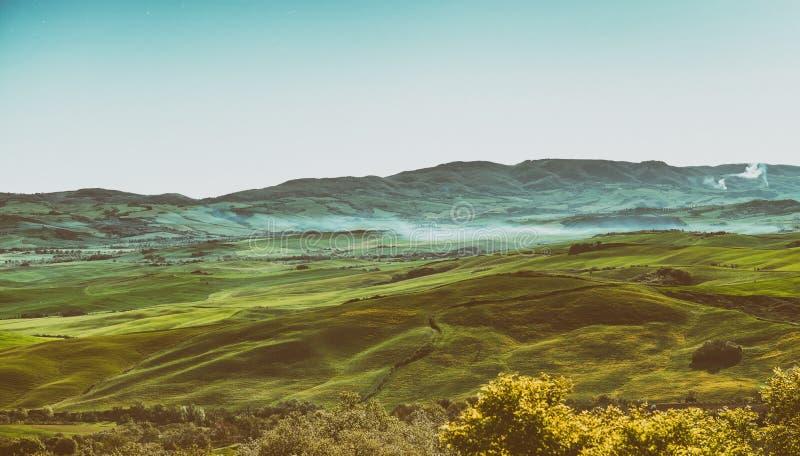 Escenario hermoso de las colinas en estación de primavera, Italia de Toscana imágenes de archivo libres de regalías