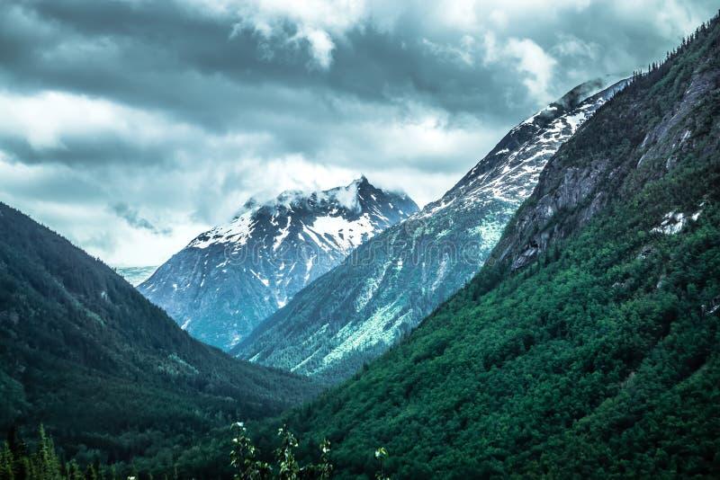 Escenas de la naturaleza de las montañas rocosas en la frontera de la Columbia Británica de Alaska imagen de archivo