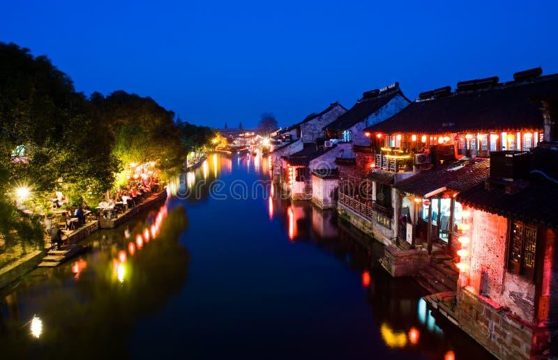 Escenas de la noche de la aldea china del agua imagenes de archivo