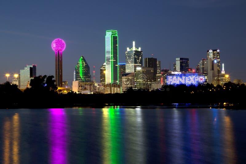 Escenas de la noche del horizonte de Dallas foto de archivo