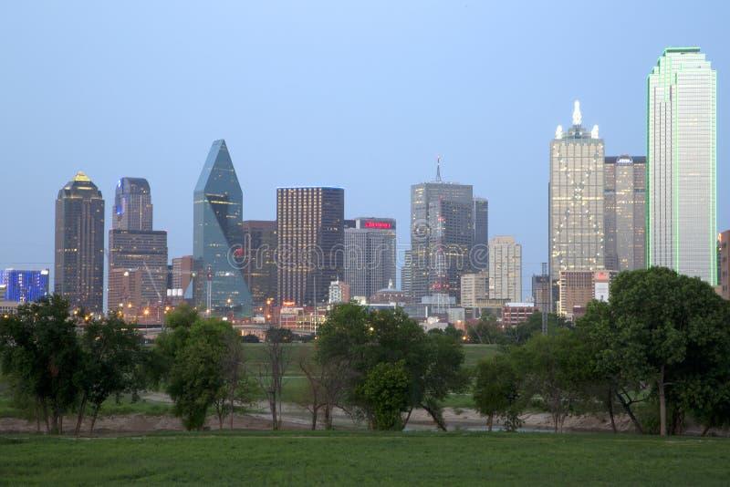 Escenas de la noche del horizonte de Dallas de la ciudad fotos de archivo