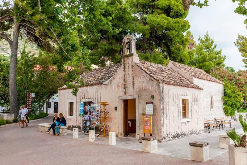 Escenas y vistas hermosas en una pequeña ciudad costera Mlini, al lado de Dubrovnik Iglesia muy vieja foto de archivo libre de regalías