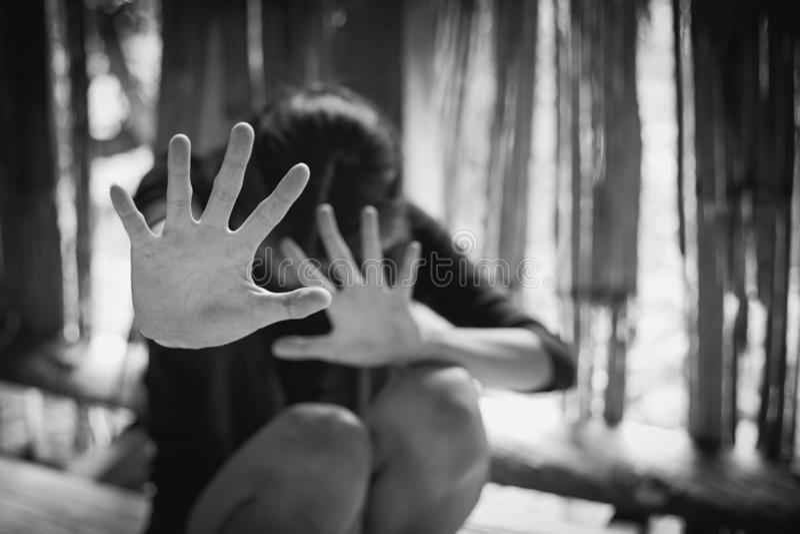 Esclavitud de la mujer en ángulo de la falta de definición constructiva abandonada de la imagen, violencia contra mujeres, día in fotos de archivo