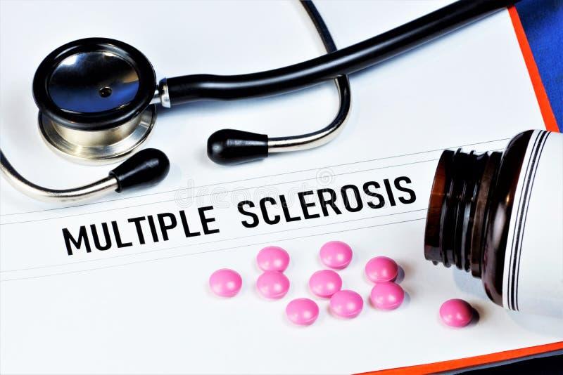 A esclerose múltipla é uma doença autoimune crônica que afeta a bainha de mielina das fibras nervosas do cérebro e da medula espi fotografia de stock