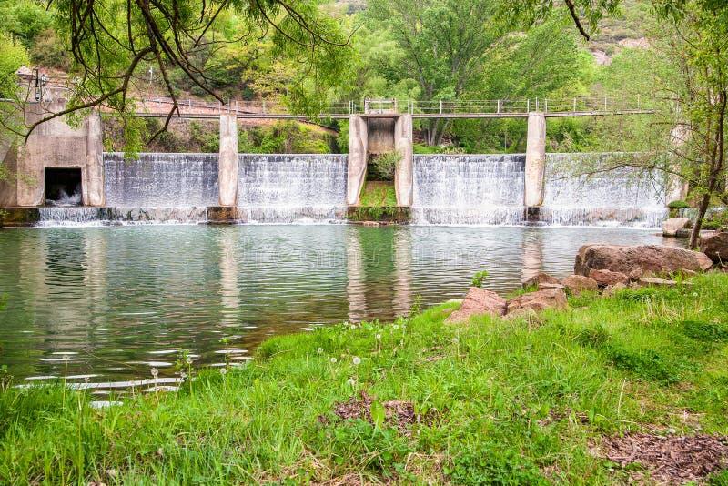 Esclusa en el río de Llobregat en España fotografía de archivo