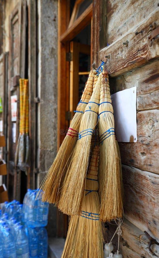 Escobas tradicionales de la paja de Líbano en venta imagen de archivo libre de regalías