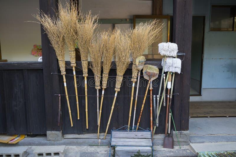 Escobas tradicionales de la paja para limpiar y para mantener los argumentos del templo fotografía de archivo libre de regalías