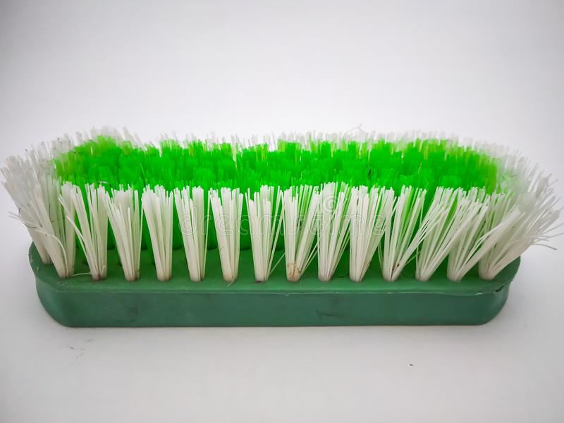 Escobilla verde aislada con el fondo blanco imagen de archivo