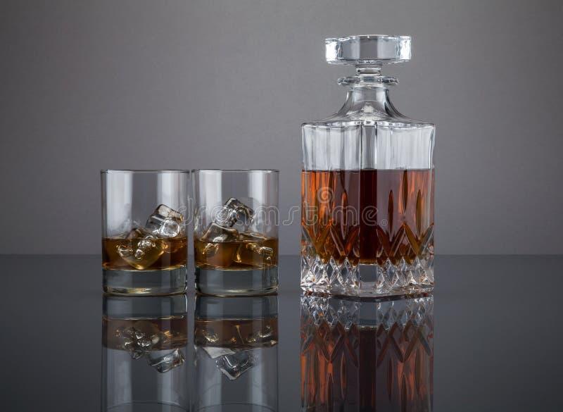 Escocés en una jarra del licor con los vasos foto de archivo libre de regalías
